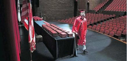 ??  ?? Ohne Applaus nahmen die Schüler der Bradley-Bourbonnais Community High School im US-Staat Illinois ihr Abschlusszeugnis entgegen. Eine Kamera zeichnete die triste Zeremonie auf, damit die stolzen Eltern zumindest online anwesend sein konnten. Auch auf das traditionelle Gemeinschaftsfoto musste aufgrund der Corona-Krise verzichtet werden.