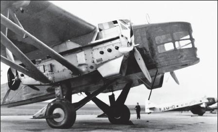 ?? DR/COLL. MUSÉE AIR FRANCE ?? Le Farman 2200 Ville-de-Mendoza (F-AOXF) effectue la 200e traversée française le 27 juillet 1937. Ces gros quadrimoteurs assurent l'essentiel des rotations transocéaniques de l'avantguerre et ne seront réformés qu'en 1946 ! Les anciennes soutes à...