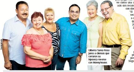 ??  ?? Gilberto Santa Rosa junto a clientes que cerraron su hipoteca reverse con Moneyhouse.