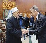 ??  ?? Ahmed El Tayeb (qui salutato da Marco Ventura), imam, filosofo e teologo egiziano, è nato a Luxor il 6 gennaio 1946. Dal 2010 è il 44° Grande Imam della moschea di Al Azhar