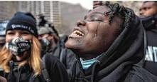 ??  ?? Pure Erleichterung: Nach dem Urteil in Minnesota weint eine Demonstrantin.