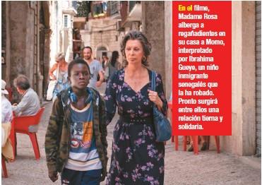 ??  ?? En el filme, Madame Rosa alberga a regañadientes en su casa a Momo, interpretado por Ibrahima Gueye, un niño inmigrante senegalés que la ha robado. Pronto surgirá entre ellos una relación tierna y solidaria.