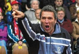 ?? Foto: Fred Schhöllhorn ?? Ernst Middendorp, der Jahrhunderttrainer von Arminia Bielefeld, stand von Juli 2002 bis Septem‰ ber 2003 beim FCA an der Seitenlinie.