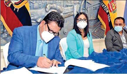 ??  ?? Momentos en que se realiza la firma del Convenio.