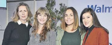 ??  ?? Las emprendedoras Soledad Parot (izquierda) y Francisca Abuter y María de los Ángeles Fernández (al extremo derecho), junto a Stefanie Pope, subgerente de RSE y Sustentabilidad de Walmart Chile (segunda).