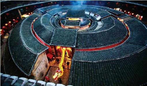 ??  ?? 福建土楼保留着丰富的中国传统民俗文化,图为承启楼游龙庆元宵节的场景