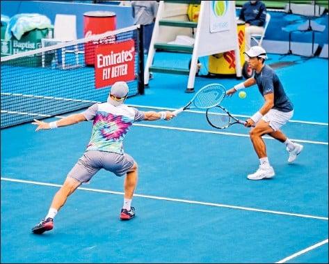 ?? CORTESÍA: NICOLÁS M. ESTAVILLO /DELRAY BEACH ?? El ecuatoriano Gonzalo Escobar (derecha) y el uruguayo Ariel Behar ganaron ayer el cupo a la final en el Delray Beach Tennis Center.