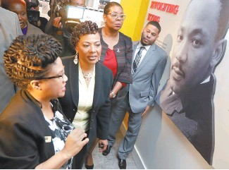 ?? AP-Yonhap ?? Rev. Bernice King, second from left, daughter of the late civil rights leader Rev. Martin Luther King Jr., tours an exhibit at the National Civil Rights Museum in Memphis, Tenn., Monday. The museum was formerly the Lorraine Motel, where Rev. Martin...