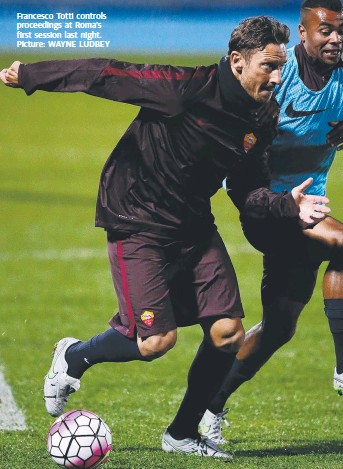 ?? Picture: WAYNE LUDBEY ?? Francesco Totti controls proceedings at Roma's first session last night.