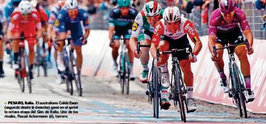 ?? AFP ?? ►PESARO, Italia. El australiano Caleb Ewan (segundo desde la derecha) ganó en el sprint la octava etapa del Giro de Italia. Uno de los rivales, Pascal Ackermann (d), tercero.