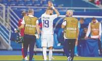 ??  ?? El delantero galo había recibido un fuerte golpe ante Bulgaria. España /