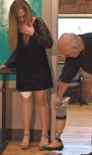 ?? TRISHA THADANI, USA TODAY ?? Prosthetist Arthur Graham compares Hillary Cohen's old prosthetic leg to the new one on her right side.