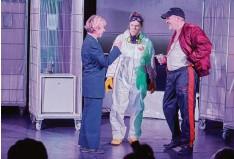 """?? Foto: Peter Fastl ?? Birgit Linner (von links), Dörte Trauzeddel und Heiko Dietz spielen in """"Der Mitma‰ cher""""im Sensemble Theater gleich sieben Rollen."""