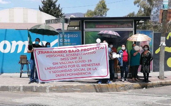 ?? JORGE SÁNCHEZ ?? Trabajadores del IMSS se manifestaron de nuevo por no estar vacunados en Pachuca.