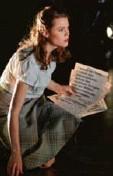 """?? Foto: T. Schaefer ?? Samantha Gaul als Sophie Scholl mit Flugblättern des NS-Widerstands in """"Weiße Rose""""."""