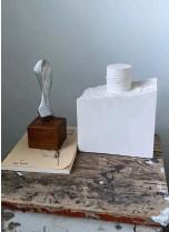 ??  ?? – Gipsavstøpningen er fra min tidligere medstudents avgangsprosjekt på Arkitektskolen. Han skulle flytte til Sverige, så jeg oppbevarte prosjektet for ham. Siden har jeg beholdt den lille delen som en suvenir. Den lille skulpturen er fra Los Angeles.