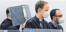 ?? FOTO: ULF VOGLER/DPA ?? Der Angeklagte (links) versteckt im Sitzungssaal des Landgerichts Ingolstadt sein Gesicht hinter einem Aktenordner.