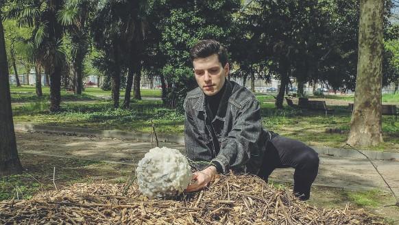 ??  ?? Zona Niguarda Andrea Barbagallo dell'Accademia di Brera dispone la sua opera nel parco intitolato ad Aurelia Josz, fondatrice della prima scuola di agraria femminile a Milano