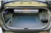 ??  ?? Багажник седана невелик – 460 л. Справа внизу под кожухом в нём обитает аккумулятор, плюсовой провод которого проложен под днищем и иногда гниёт. За ним нужно присматривать.