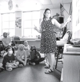 ?? AMANDA ANDRADE-RHOADES FOR THE WASHINGTON POST ?? Gabby Mondelli teaches her students at Samuel W. Tucker Elementary School in Alexandria, Va., on Aug. 19.