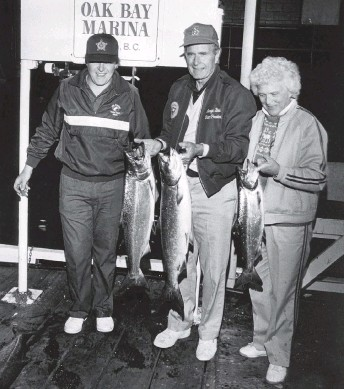 ?? ALEX BARTA, TIMES COLONIST ?? Randy Wright, left, with George H.W. Bush and Barbara Bush after a fishing trip out of Oak Bay on June 10, 1986. The former U.S. president died on Friday at 94.