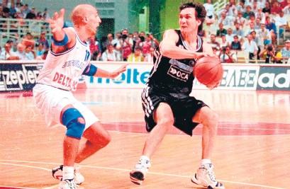 ?? Prensa CABB ?? Marcelo Milanesio ante Djordjevic durante el Mundial de Grecia 1998.