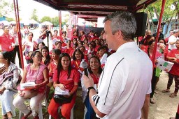 ??  ?? John Murphy (standing on the foreground), The Coca-Cola Company Asia Pacific Group president recently visited the country to meet the potential 5by20 STAR Program scholars held at the Severo Duterte National Elementary School, City of Danao, in Cebu....