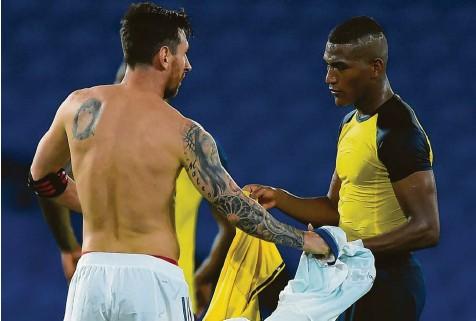 ?? Foto:Getty Images ?? Carlos Gruezo (rechts) tauschte nach dem Spiel mit Lionel Messi das Trikot. Wäre es nach dem FCA gegangen, wäre der angeschlagene Mittelfeldspieler gar nicht zu den WM‰ Qualifikationsspielen angereist.
