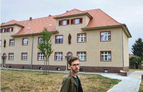 ?? Fotos: nd/Andreas Fritsche ?? Linksfraktionschef Tobias Bank vor einem Altbau der Eisenbahnersiedlung in der Schulstraße von Elstal