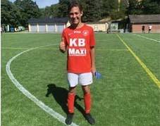 ?? FOTO: PRIVAT ?? NYA MATTOR. Båda på Kristinebergs BP och en av planerna på Stadshagen har det blivit nytt konstgräs. Lukas Erlandsson i Karlbergs BK pojkar -07 gör tummen upp.
