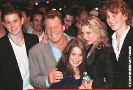 """??  ?? En 2003, Ryan y Tatum celebraron los treinta años de Luna de papel en compañía de Sean, Emily y Kevin McEnroe, los hijos de ella. La actriz asegura que ese día su padre la trató """"horrible"""" y por eso lloró toda la noche."""