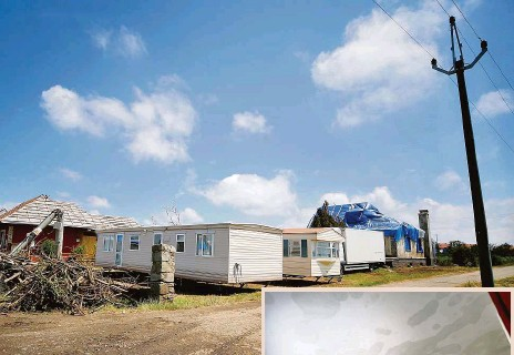 ??  ?? Náhradní bydlení Někteří obyvatelé poničených obcí míří do mobilních domů.