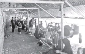 ??  ?? SUASANA dalam rumah panjang tradisi Kg Rugading.