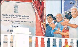 ??  ?? Union road transport minister Nitin Gadkari and Haryana chief minister Manohar Lal Khattar during the foundation stone-laying ceremony of a four-laning project at Saha in Ambala on Monday. HT PHOTO