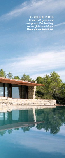 ??  ?? COOLER POOL Er wird heiß geliebt und viel genutzt. Der Pool liegt auf der gleichen erhöhten Ebene wie der Wohntrakt.