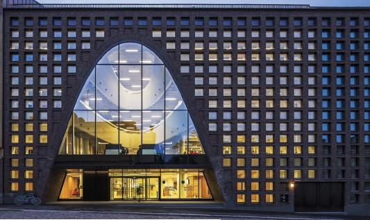 ??  ?? Arriba La apariencia de la fachada principal de Kaisa House destaca del resto de los edificios por su material a base de hormigón y las ventanas que se suspenden en estructuras rígidas de acero. Abajo Los auditorios y zonas de convivencia se...