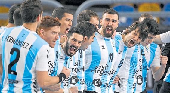 ?? EFE ?? Pura manija. Tras el Himno, los argentinos salieron a jugar con toda la energía ante un rival que había empatado con Croacia en la primera fase.