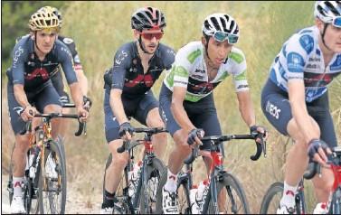 ??  ?? Egan Bernal, con el maillot blanco, durante una etapa de La Vuelta junto a Adam Yates, a su rueda.