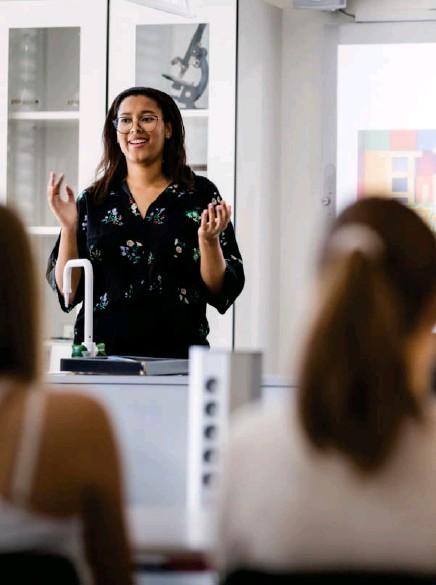 ??  ?? Lisa Esohel Knudsen fra Minotenk holder foredrag for elever ved Ullern videregående skole. Temaet er grensen mellom rasisme og humor.