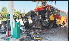 ??  ?? 載送新冠肺炎患者到沙登隔離中心的巴士,失控撞上大道收費站櫃檯,車頭嚴重損毀,可見撞擊力非常大。