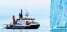 ?? FOTO: K. GOHL/ALFRED-WEGENER-INSTITUT/DPA ?? Das Forschungsschiff Polarstern bei der Expedition 2017 vor einem Eisberg in der inneren Pine Island Bucht in der Westantarktis. Bohrungen der Besatzung haben Überraschendes zu Tage gebracht.