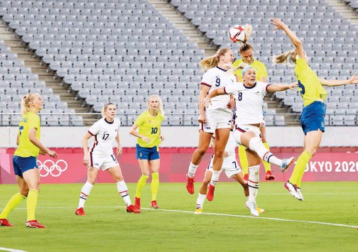 ?? Agence France-presse ?? ↑ US and Sweden players vie for the ball during their Tokyo 2020 Olympic Games on Wednesday.