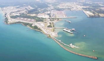 ??  ?? The contract includes design engineering of a 76.2-centimetre carbon steel pipeline with a length equivalent to 80 kilometres distance from the CPP to an existing E11R-B platform to commingle with the existing trunkline to the Petronas Malaysia LNG Plant in Bintulu, Sarawak.