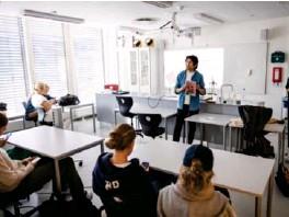 ?? Foto: Martin Slottemo Lyngstad ?? Daniel Abimael Skjerve Wensell viser frem Håndbok mot rasisme for elevene i 2MKA, en annenklasse på studieretningen medier og kommunikasjon ved Ullern vgs.