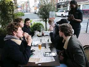 ?? F. Greuez / Sipa ?? Certains jeunes rattrapent le temps perdu en multipliant les rencontres.