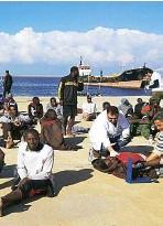 ??  ?? Ritorno alla base In alto, migranti intercettati dalla polizia marittima e riportati in Libia. In basso,i migranti intercettati dalla guardia costiera una volta ritornati in Libia.
