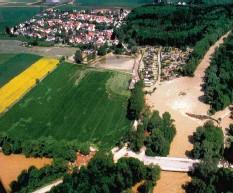 ?? Foto: Wasserwirtschaftsamt Donauwörth ?? Das Ackermann-wehr in Göggingen war brach, trat die Wertach über die Ufer. zunächst von Bäumen blockiert. Als es