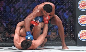 ?? WILLIAMS PAUL/ICON SPORTSWIRE VIA AP ?? Douglas Lima (blue gloves) earned a unanimous decision victory against Rory MacDonald for the Bellator welterweight title.