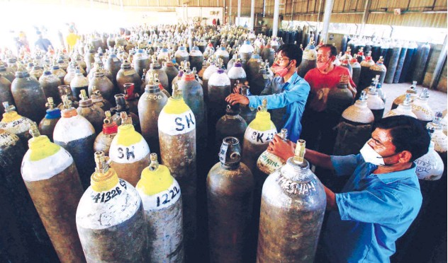 ?? Agence France-presse ?? ↑ Workers prepare to fill medical oxygen cylinders for hospital use by virus patients in Jabalpur on Sunday.