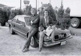 ??  ?? Dos cineastas fundamentales en la carrera de Silver: John Mctiernan (izq., rodando «Depredador») y Richard Donner (der., con Mel Gibson, filmando «Arma letal»).